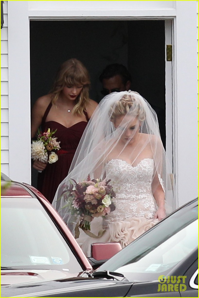 taylor swift serves as bridesmaid at bff abigails wedding 04