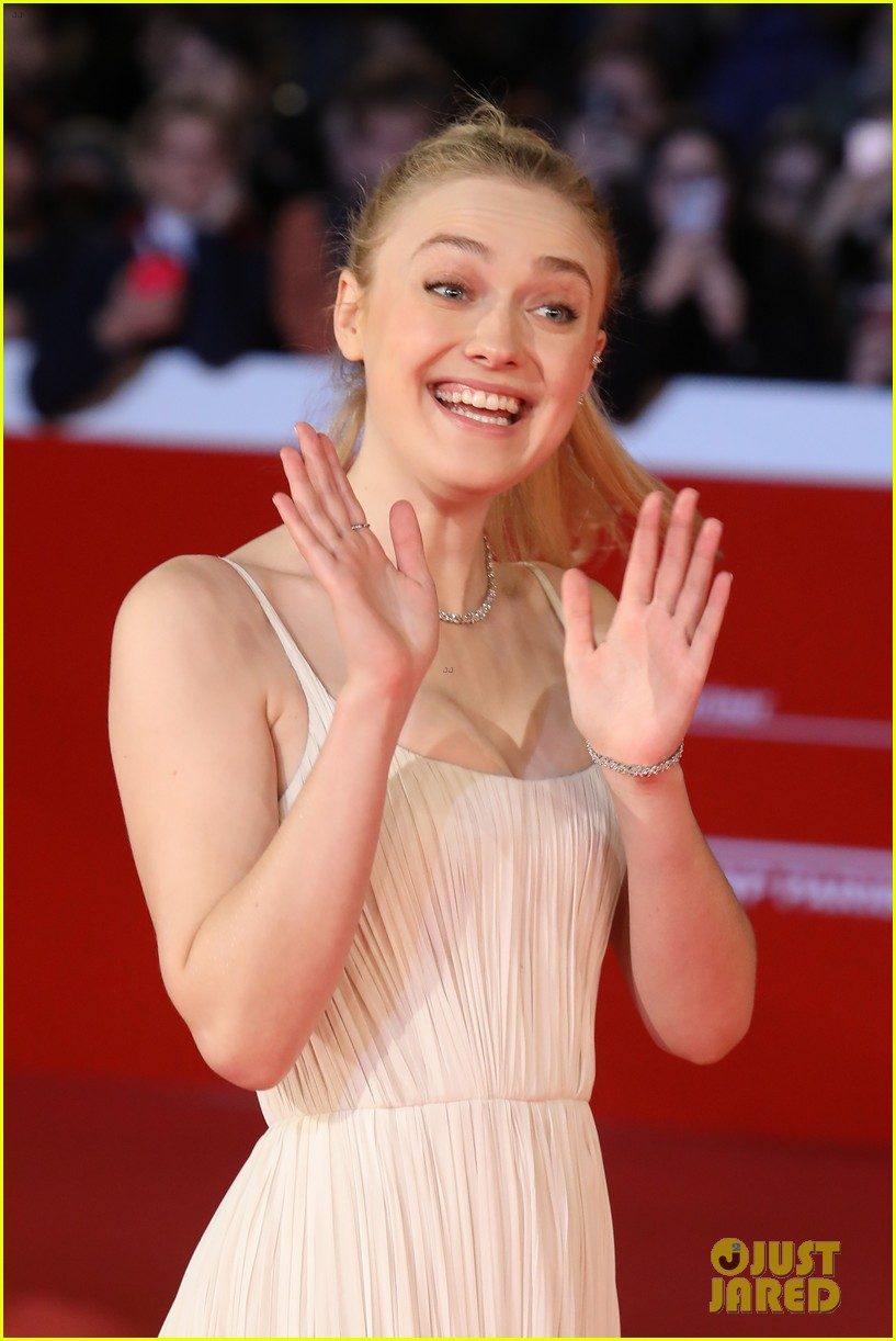 Dakota Fanning Looks Beautiful At Please Stand By
