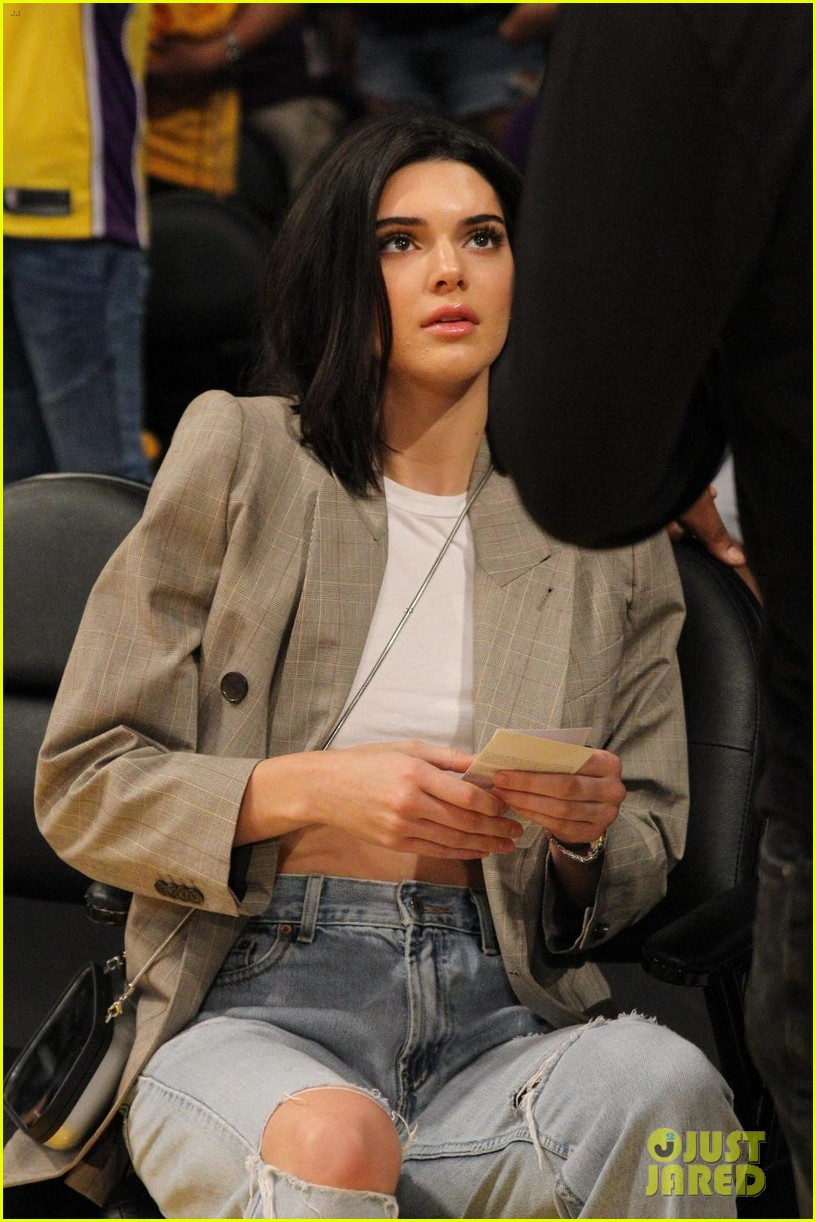 kendall jenner supports blake griffin at clippers lakers game 01