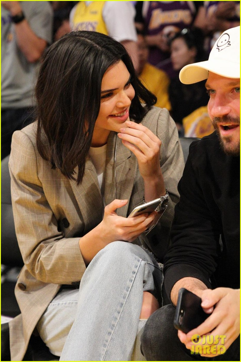 kendall jenner supports blake griffin at clippers lakers game 05