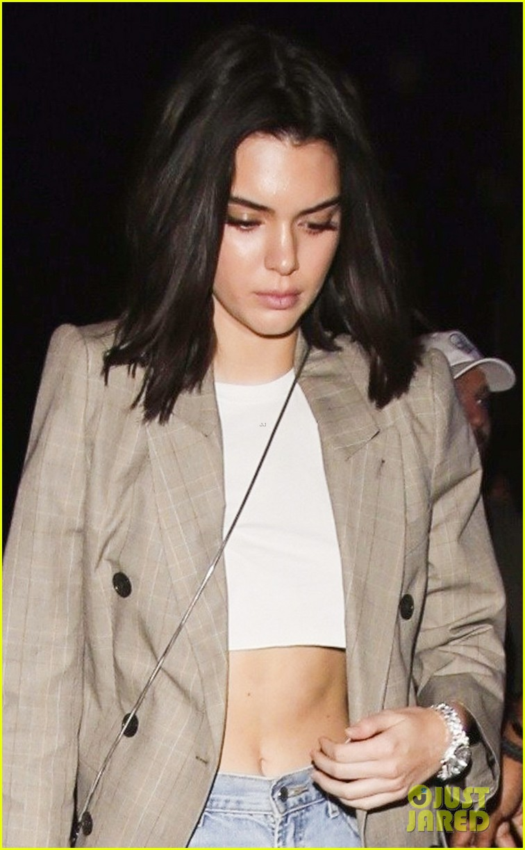 kendall jenner supports blake griffin at clippers lakers game 06
