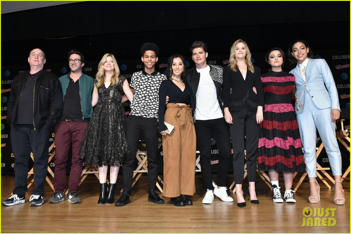 gregg sulkin and runaways co stars bring new series to new york comic con 01