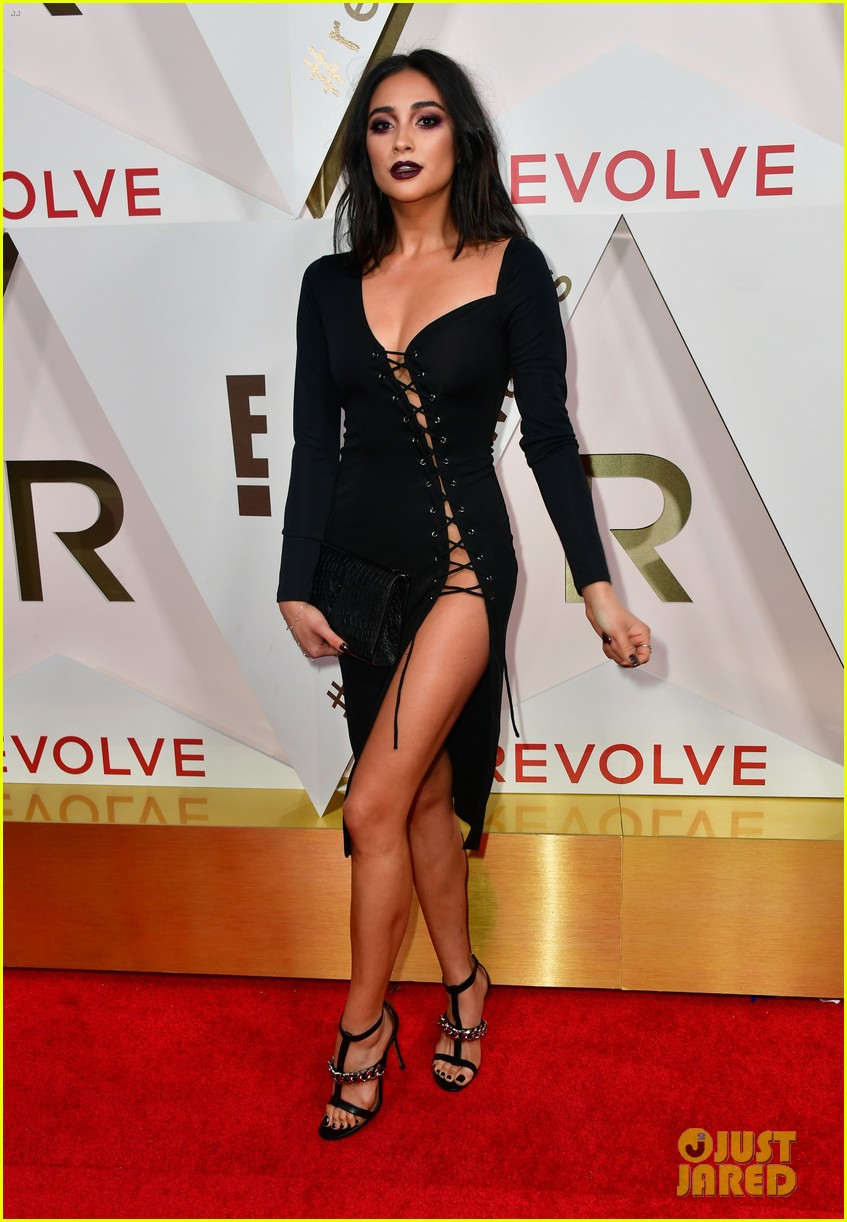 hailey baldwin and shay mitchell are beauties in black at revolve awards 2017 12