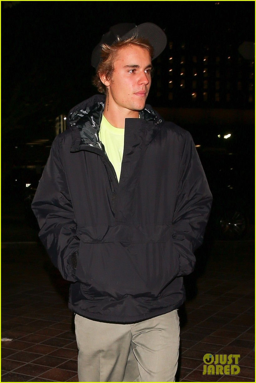 justin bieber selena gomez grab late night dinner after church 02