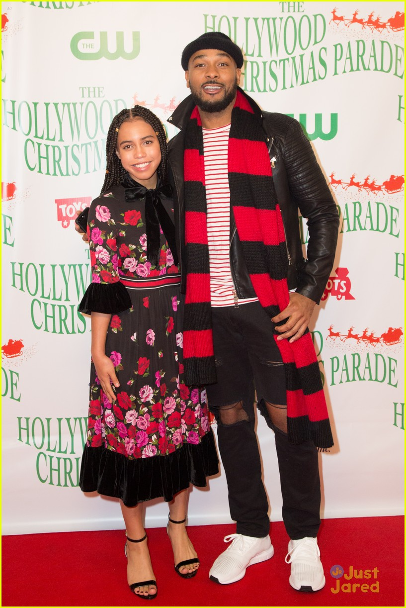 breanna yde perform hollywood xmas parade pics 15