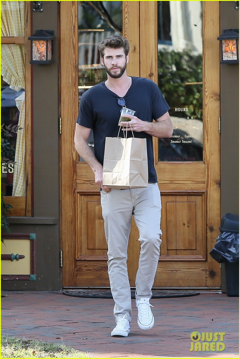 miley cyrus and liam hemsworth couple up coffee run 09
