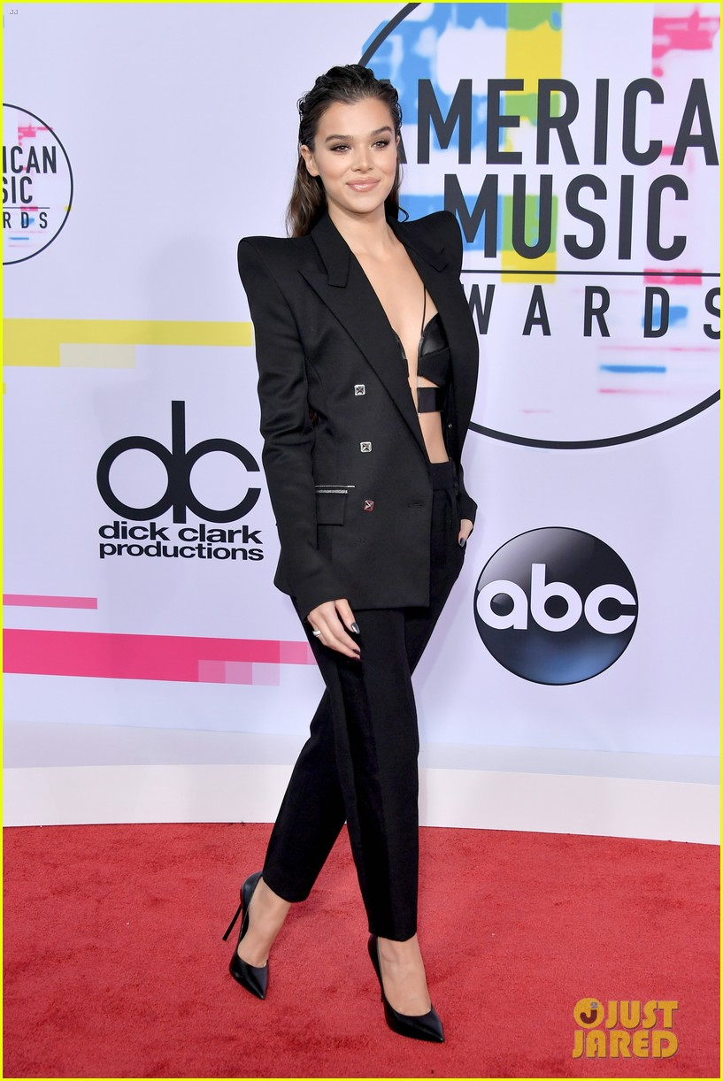 Hailee Steinfeld Gets Chic On The Amas 2017 Red Carpet Photo