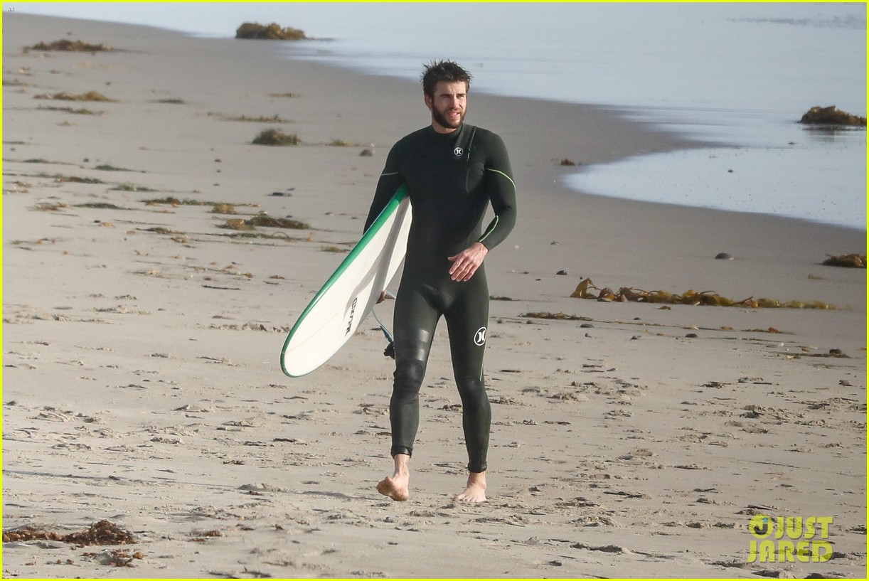 liam hemsworth spends the afternoon surfing in malibu 15