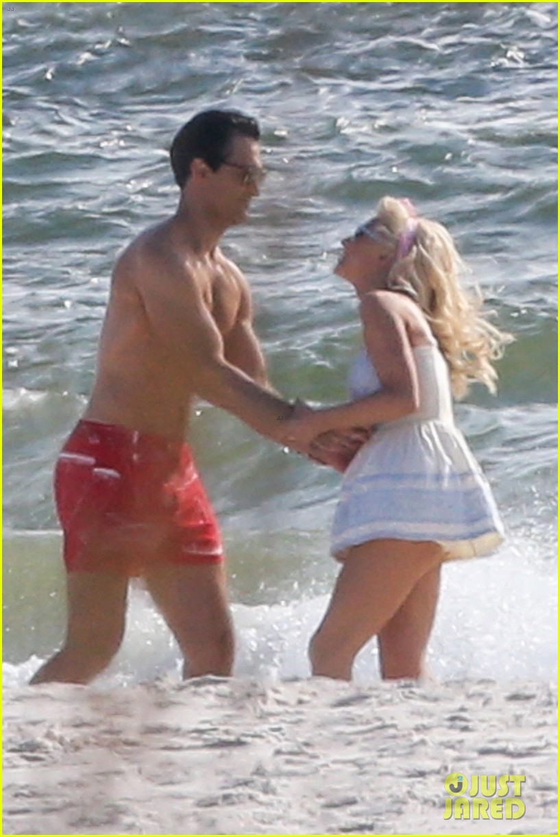 tyler hoechlin julianne hough flaunt cute pda at the beach 01