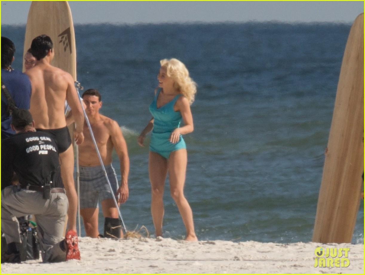 tyler hoechlin wears tiny swimsuit for bigger beach scene julianne hough 09