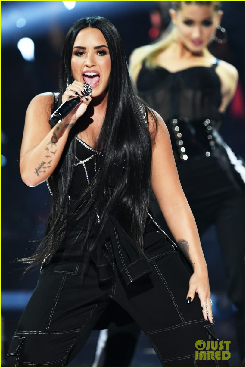 demi lovato performance amas 2017 04