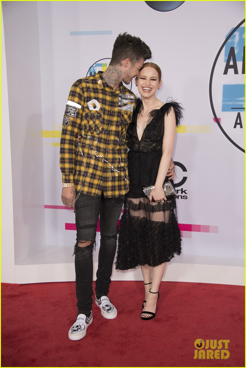 madelaine petsch travis mills cute carpet pics amas 02