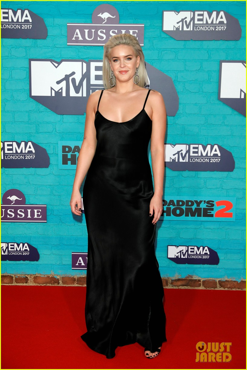 julia michaels zara larsson anne marie mtv emas 2017 13