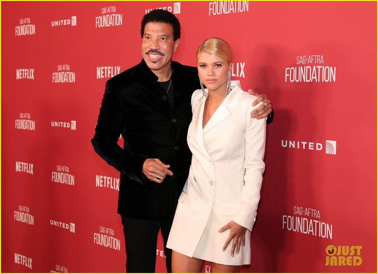lionel richie and daughter sofia make rare red carpet appearance together 01