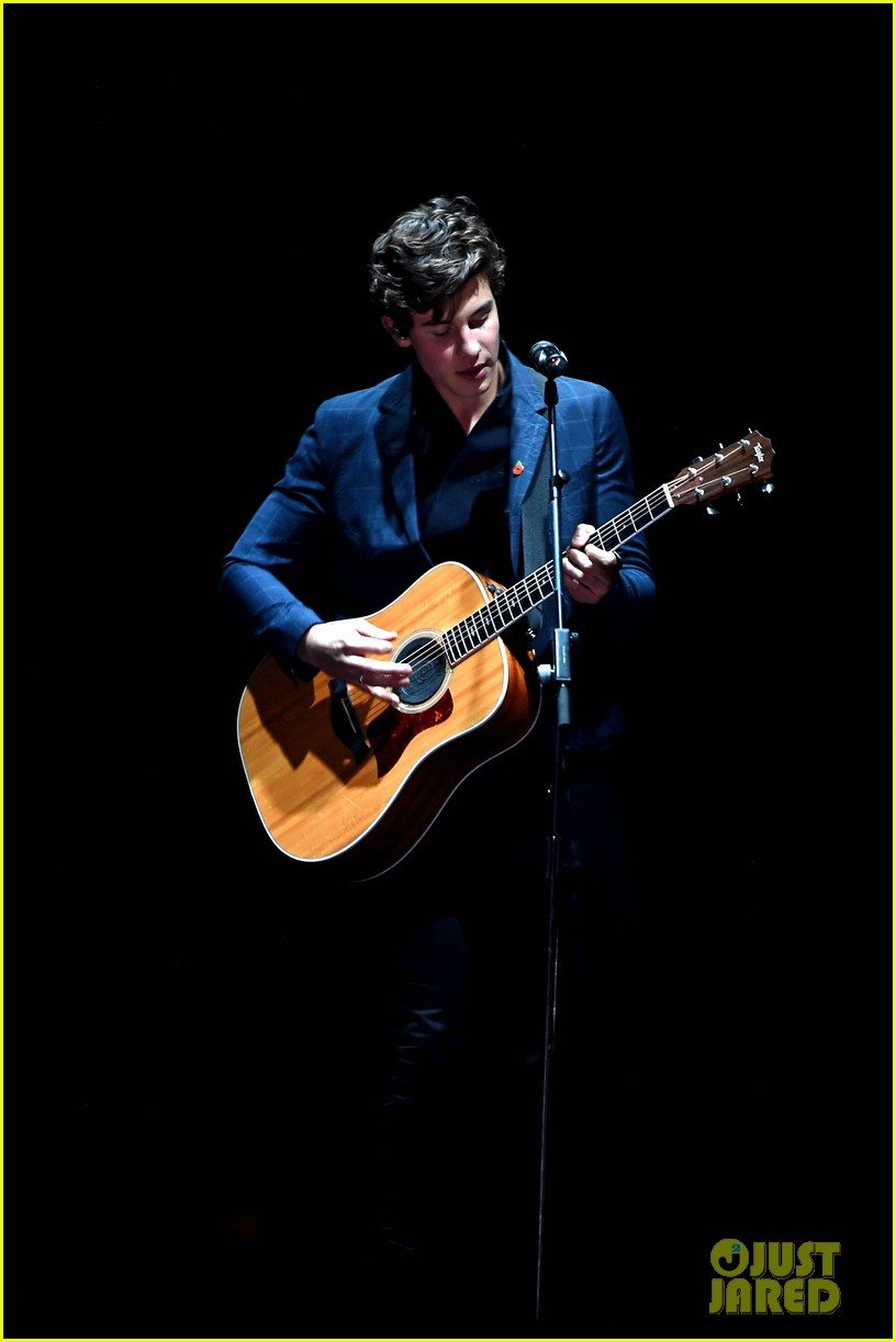 shawn mendes performs theres nothing holdin me back at mtv emas 01