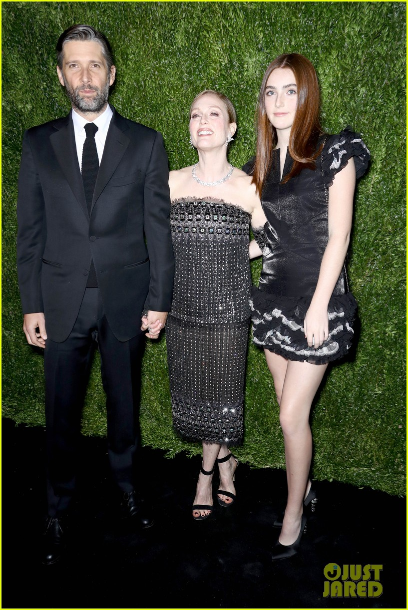 kristen stewart and elizabeth banks honor julianne moore at moma benefit 14