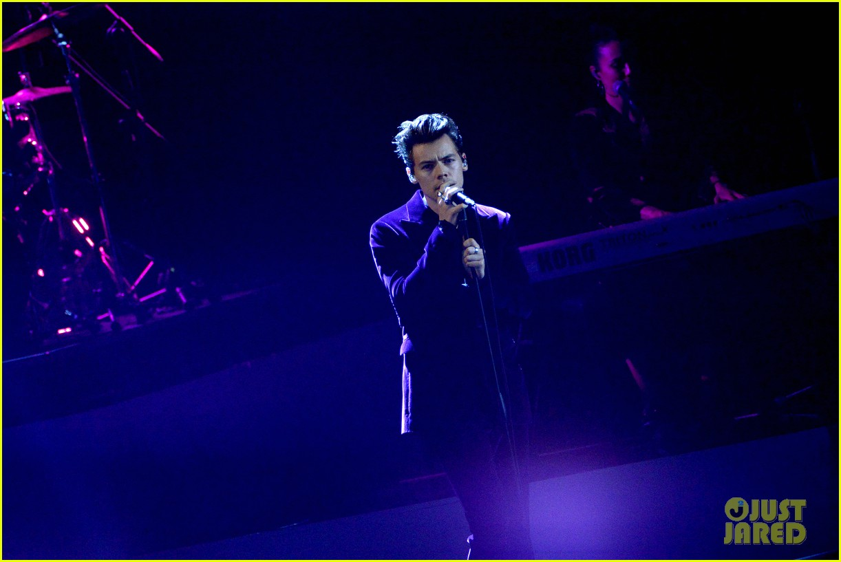 harry styles gives epic sign of the times performance on x factor italy 12