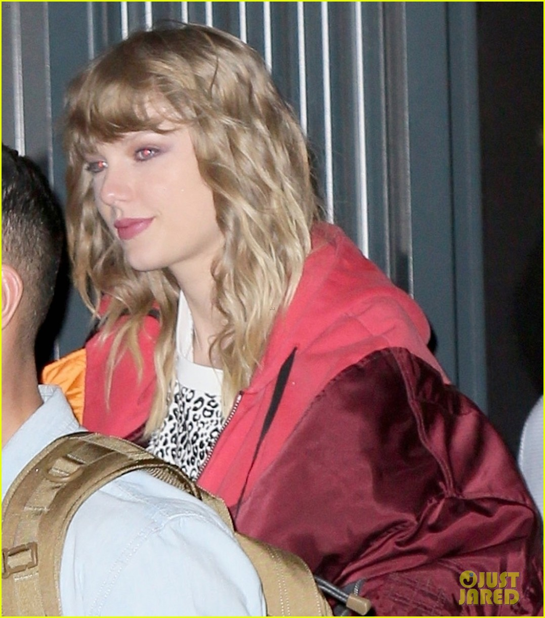taylor swift celebrates reputation release with fans at nyc pop up shop 07