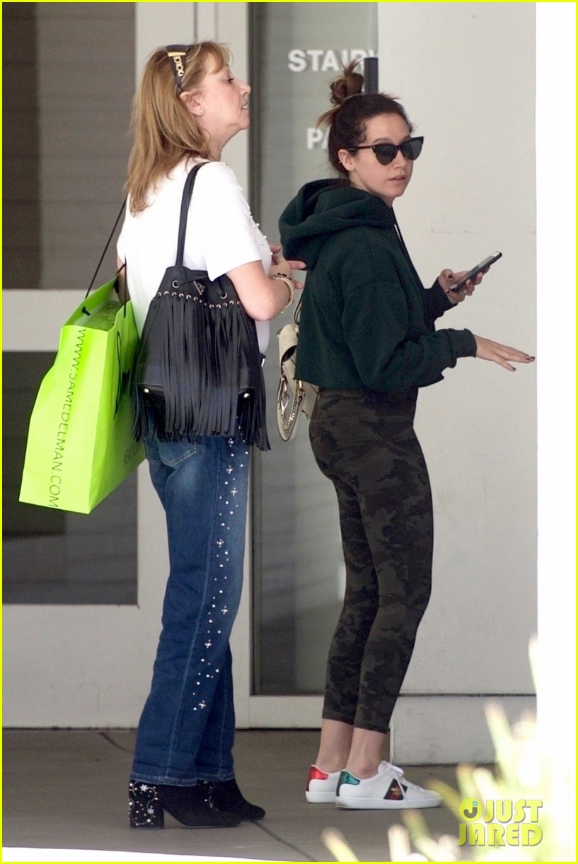 ashley tisdale goes holiday shopping with mom lisa 04