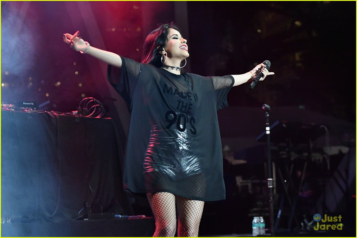 becky g world aids performance sass stage 01