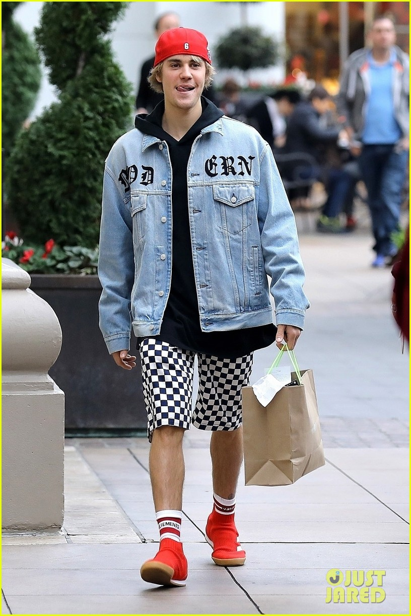 justin bieber does some holiday shopping in his christmas car 04