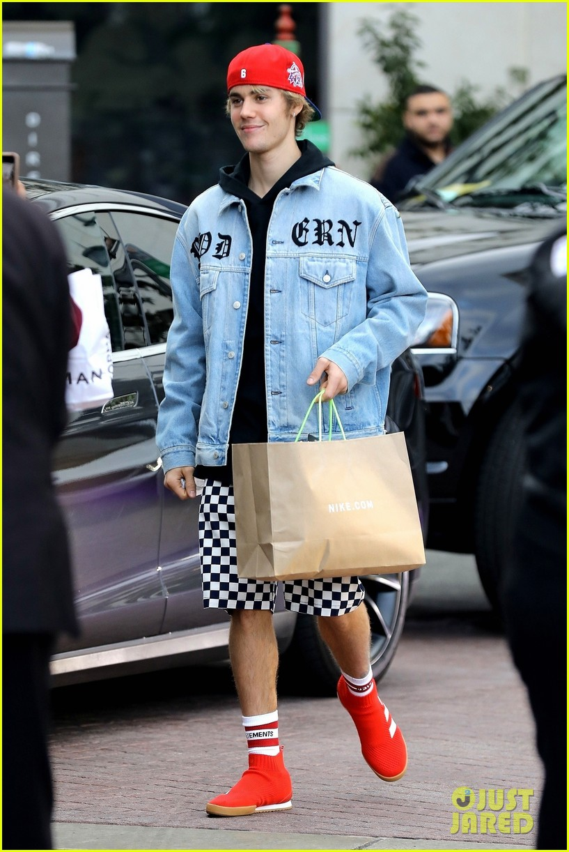 justin bieber does some holiday shopping in his christmas car 07