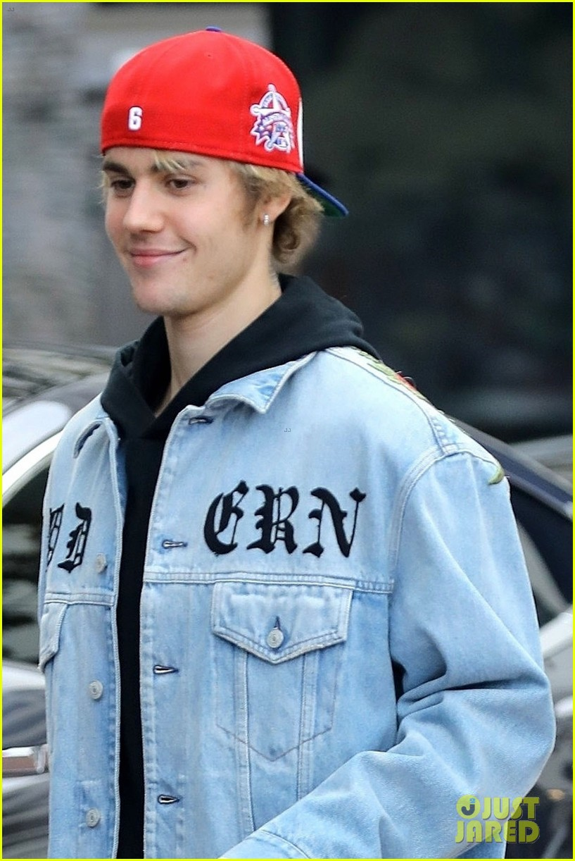 justin bieber does some holiday shopping in his christmas car 08
