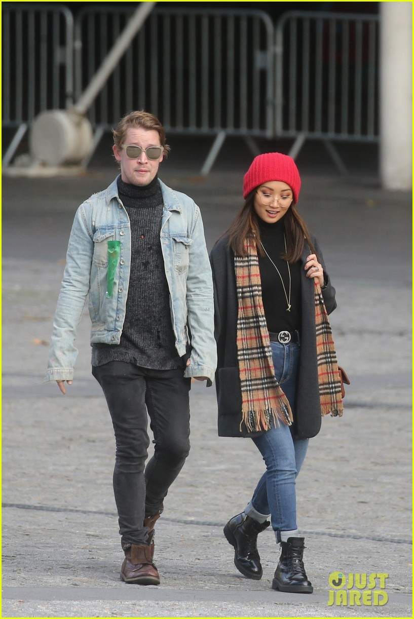 macaulay culkin brenda song cuddle up kiss in new paris photos 01