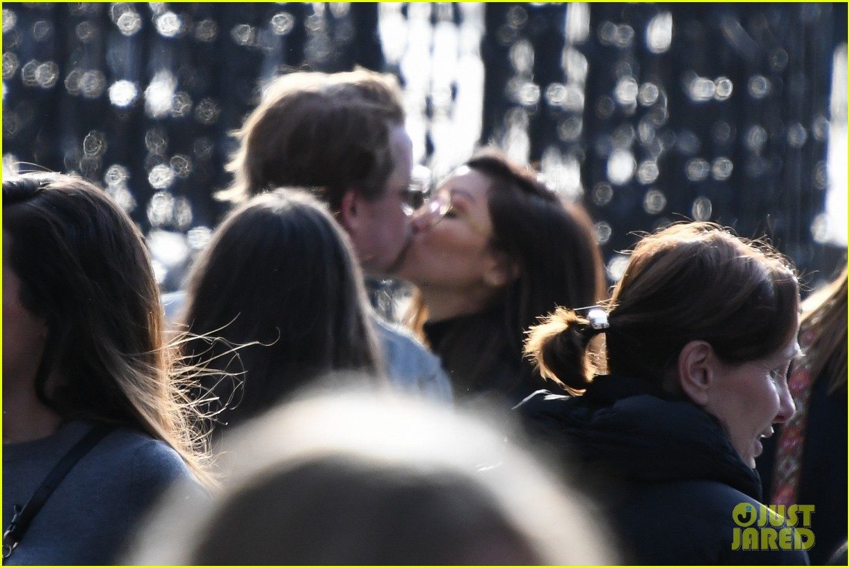 macaulay culkin brenda song cuddle up kiss in new paris photos 02