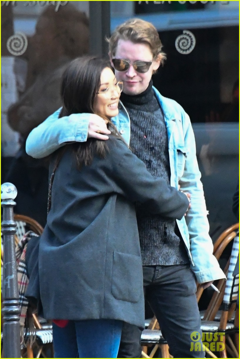 macaulay culkin brenda song cuddle up kiss in new paris photos 03