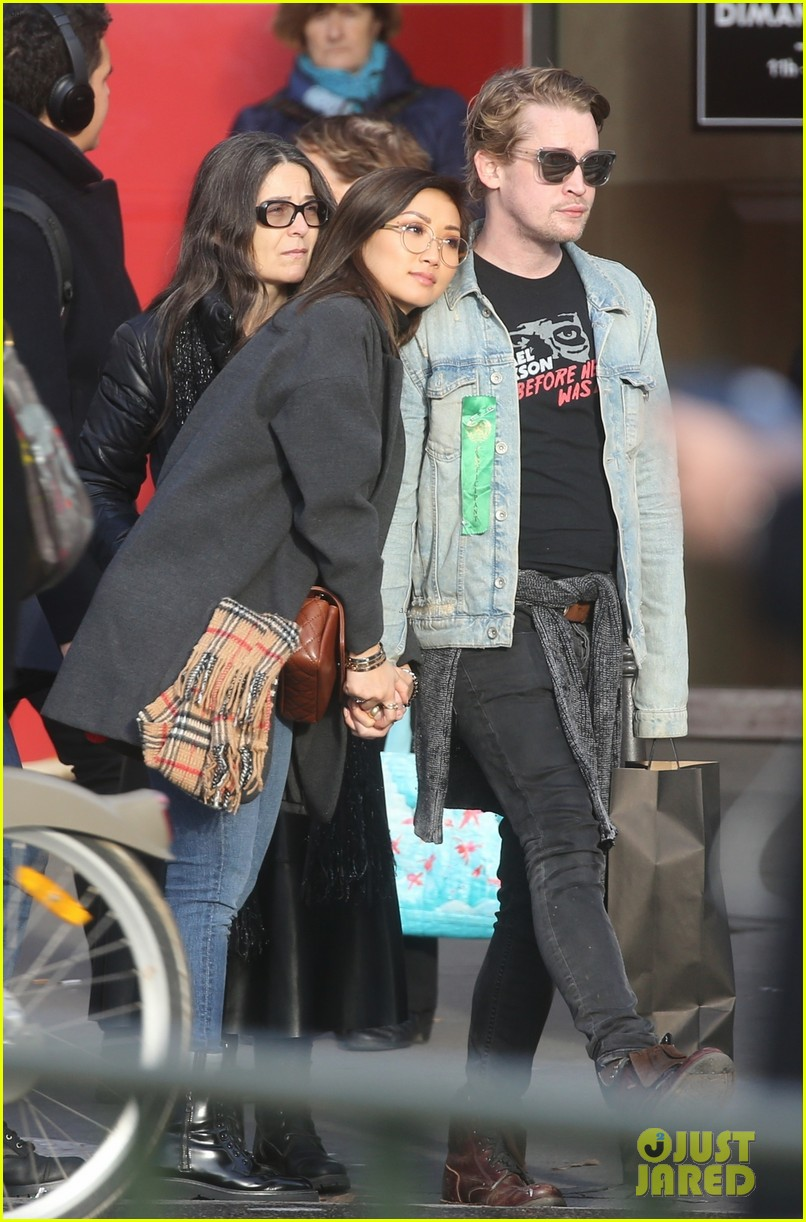 macaulay culkin brenda song cuddle up kiss in new paris photos 07