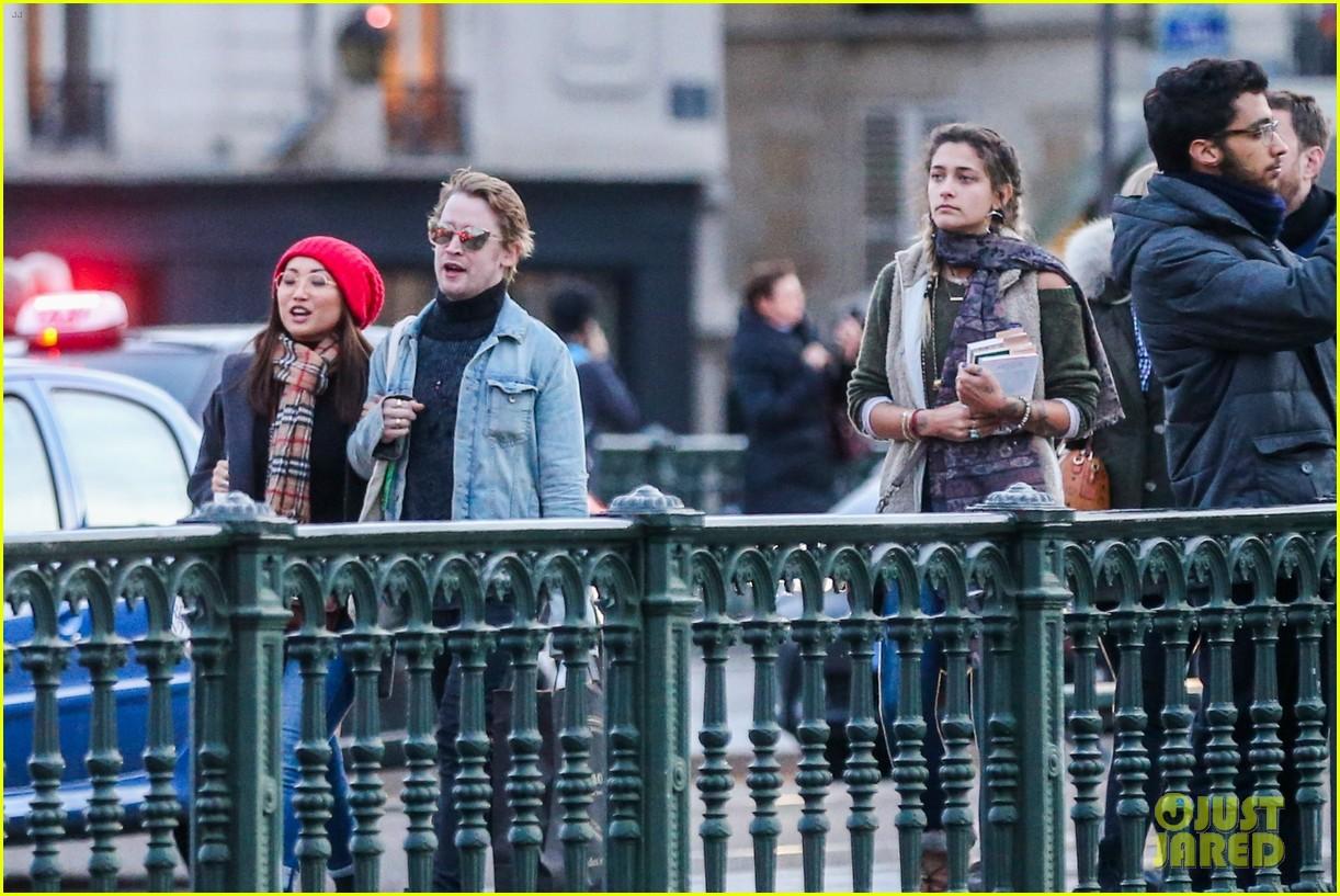 macaulay culkin brenda song cuddle up kiss in new paris photos 11