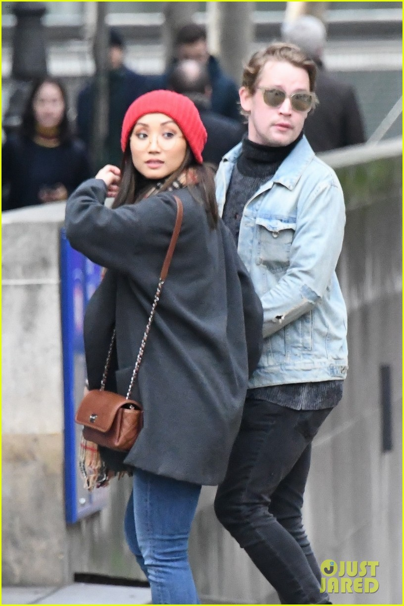 macaulay culkin brenda song cuddle up kiss in new paris photos 12