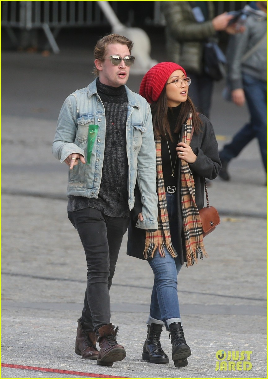 macaulay culkin brenda song cuddle up kiss in new paris photos 14