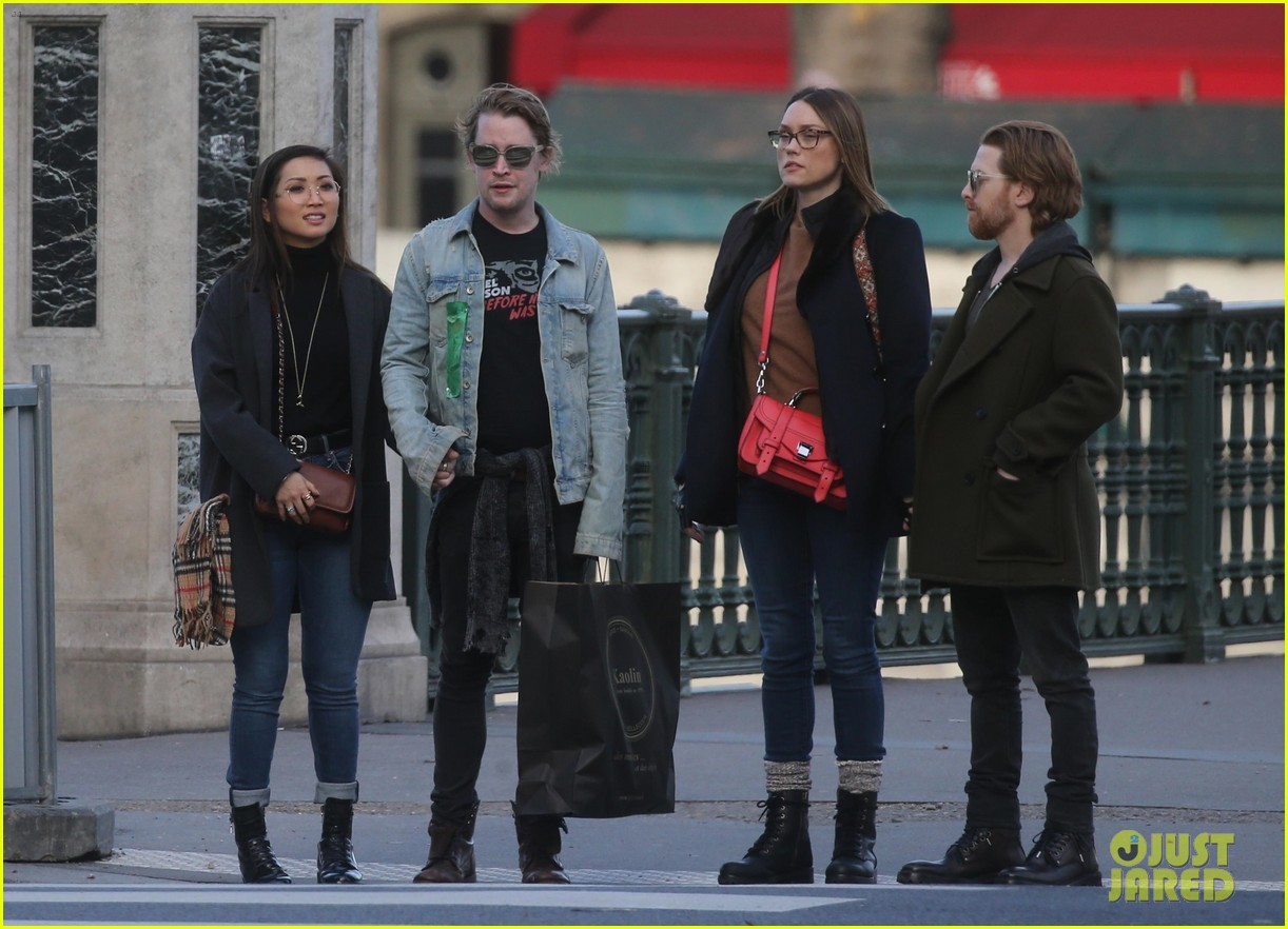 macaulay culkin brenda song cuddle up kiss in new paris photos 17