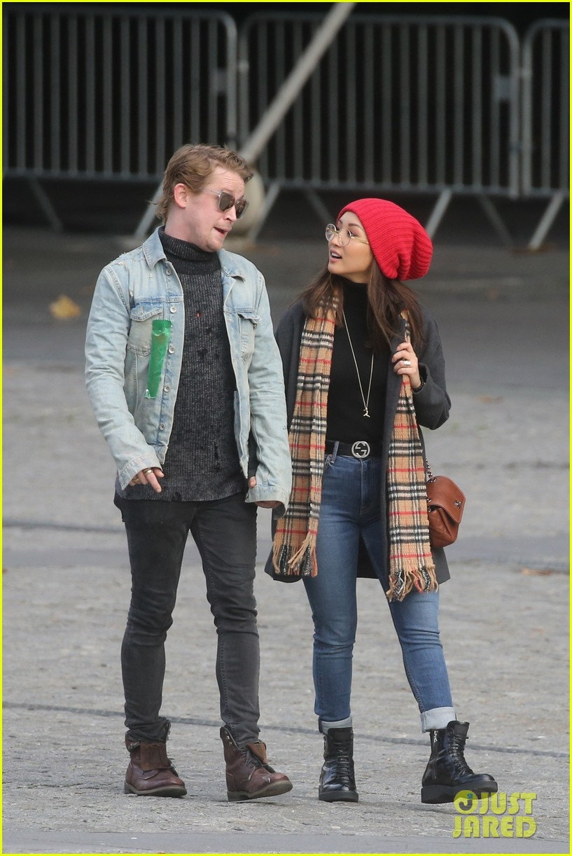macaulay culkin brenda song cuddle up kiss in new paris photos 34