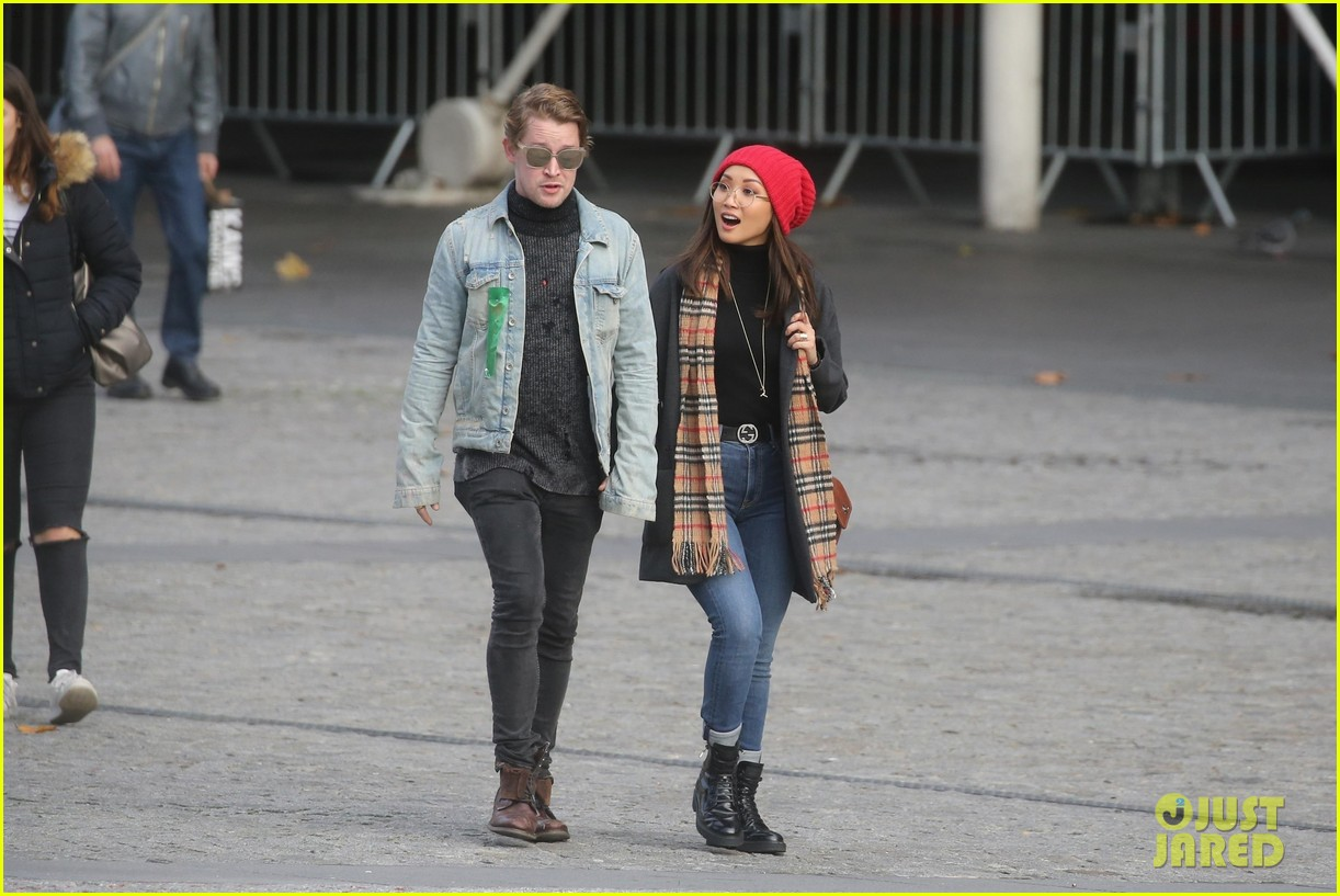 macaulay culkin brenda song cuddle up kiss in new paris photos 35