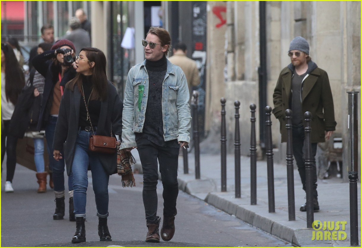 macaulay culkin brenda song cuddle up kiss in new paris photos 36