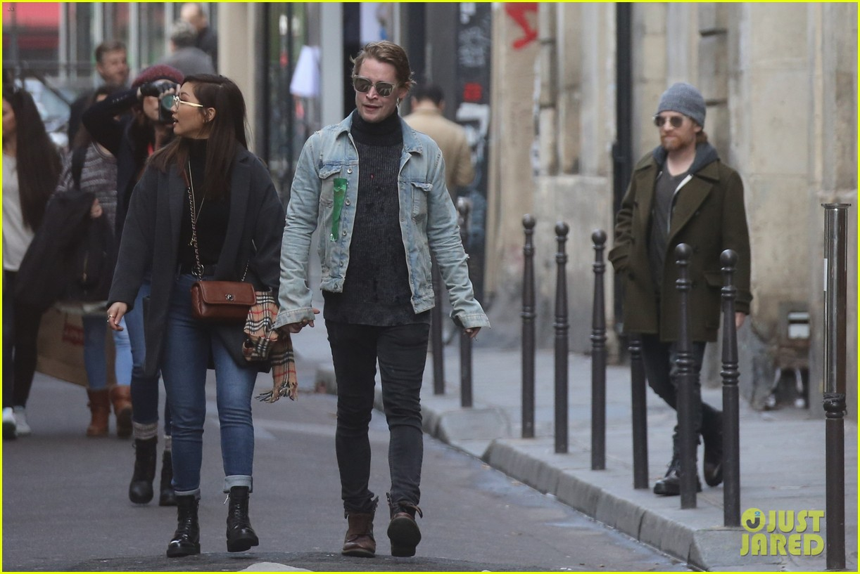 macaulay culkin brenda song cuddle up kiss in new paris photos 37