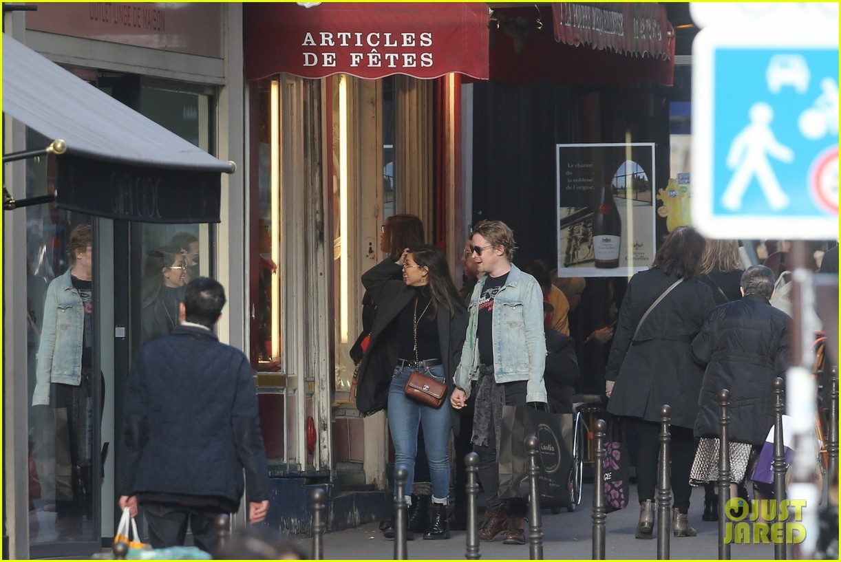 macaulay culkin brenda song cuddle up kiss in new paris photos 39