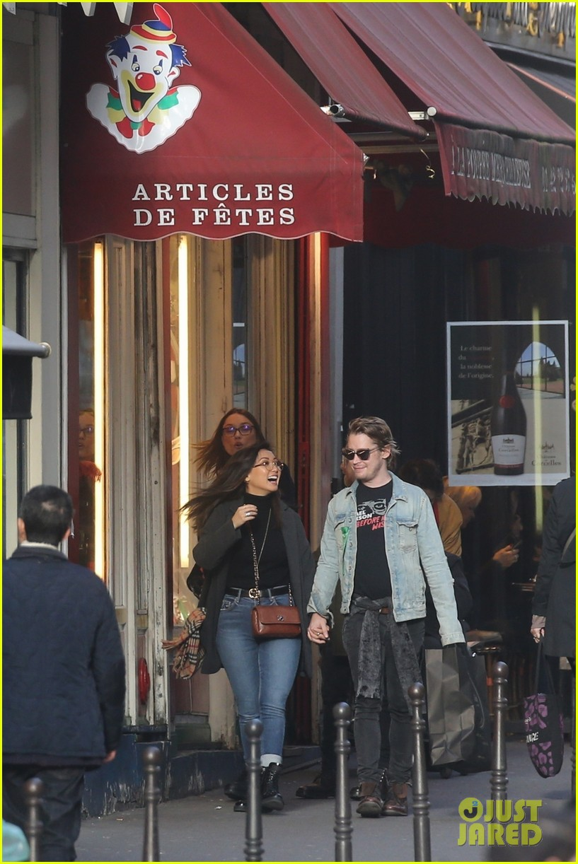 macaulay culkin brenda song cuddle up kiss in new paris photos 41