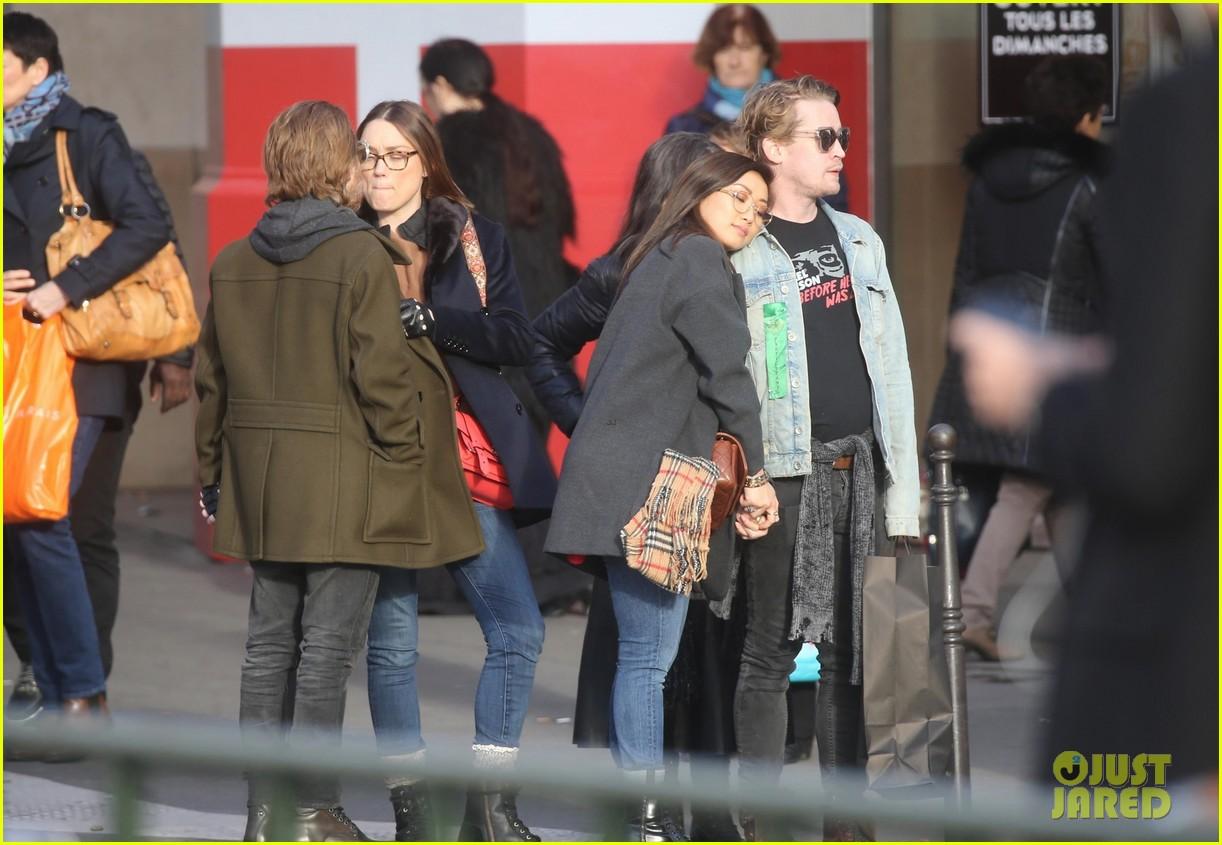 macaulay culkin brenda song cuddle up kiss in new paris photos 45