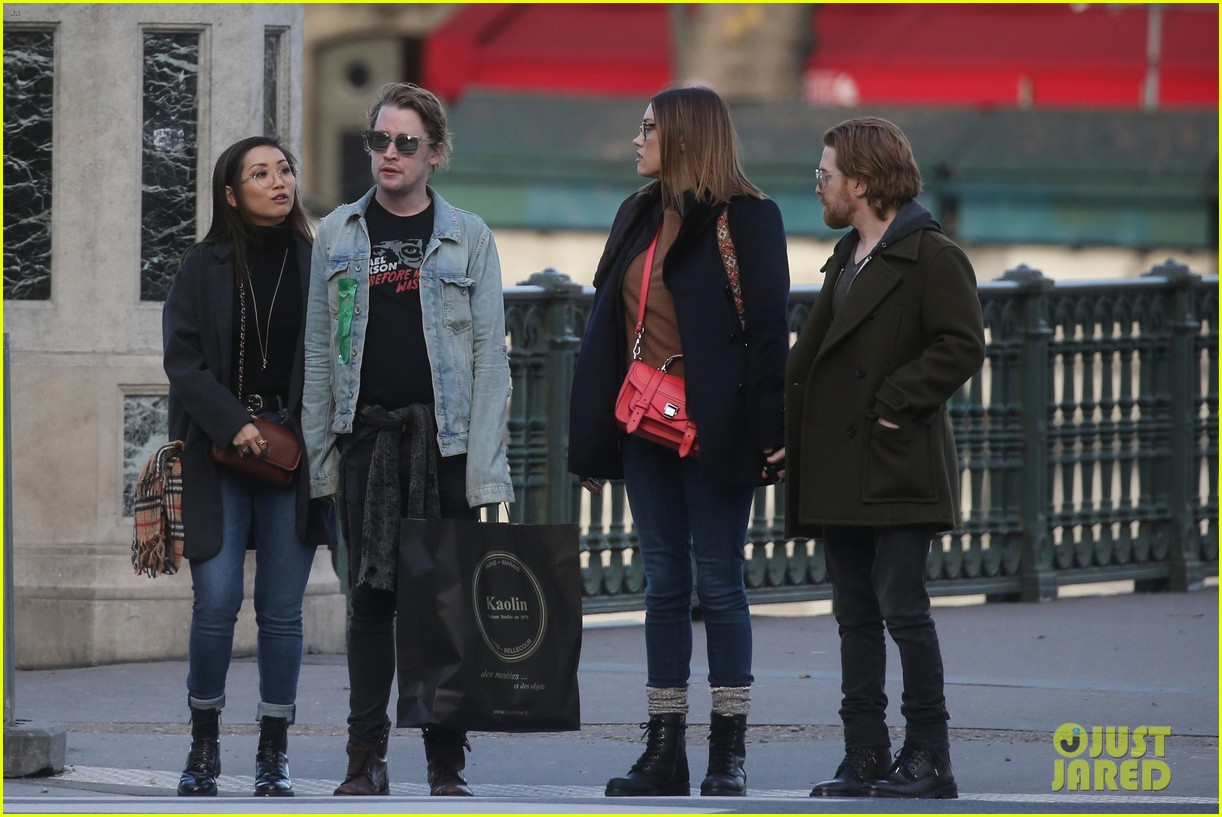 macaulay culkin brenda song cuddle up kiss in new paris photos 48