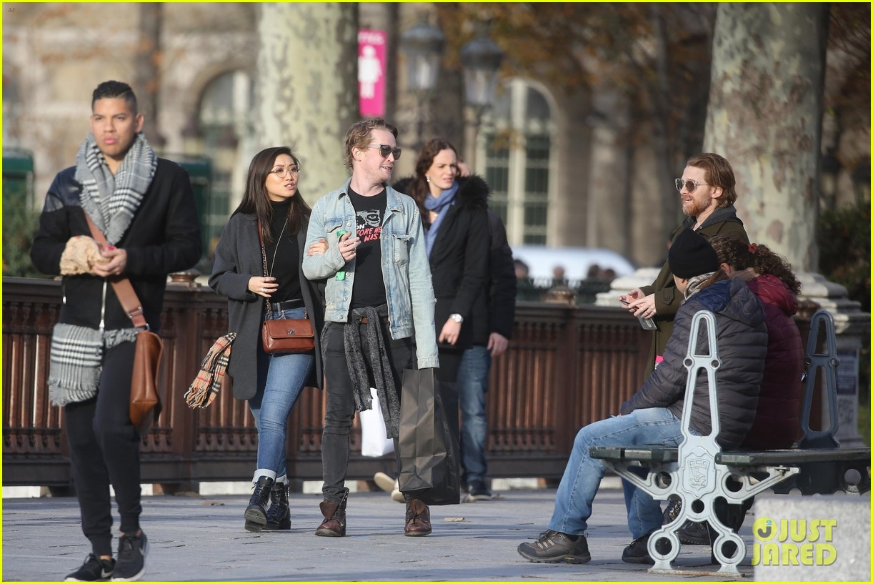 macaulay culkin brenda song cuddle up kiss in new paris photos 51