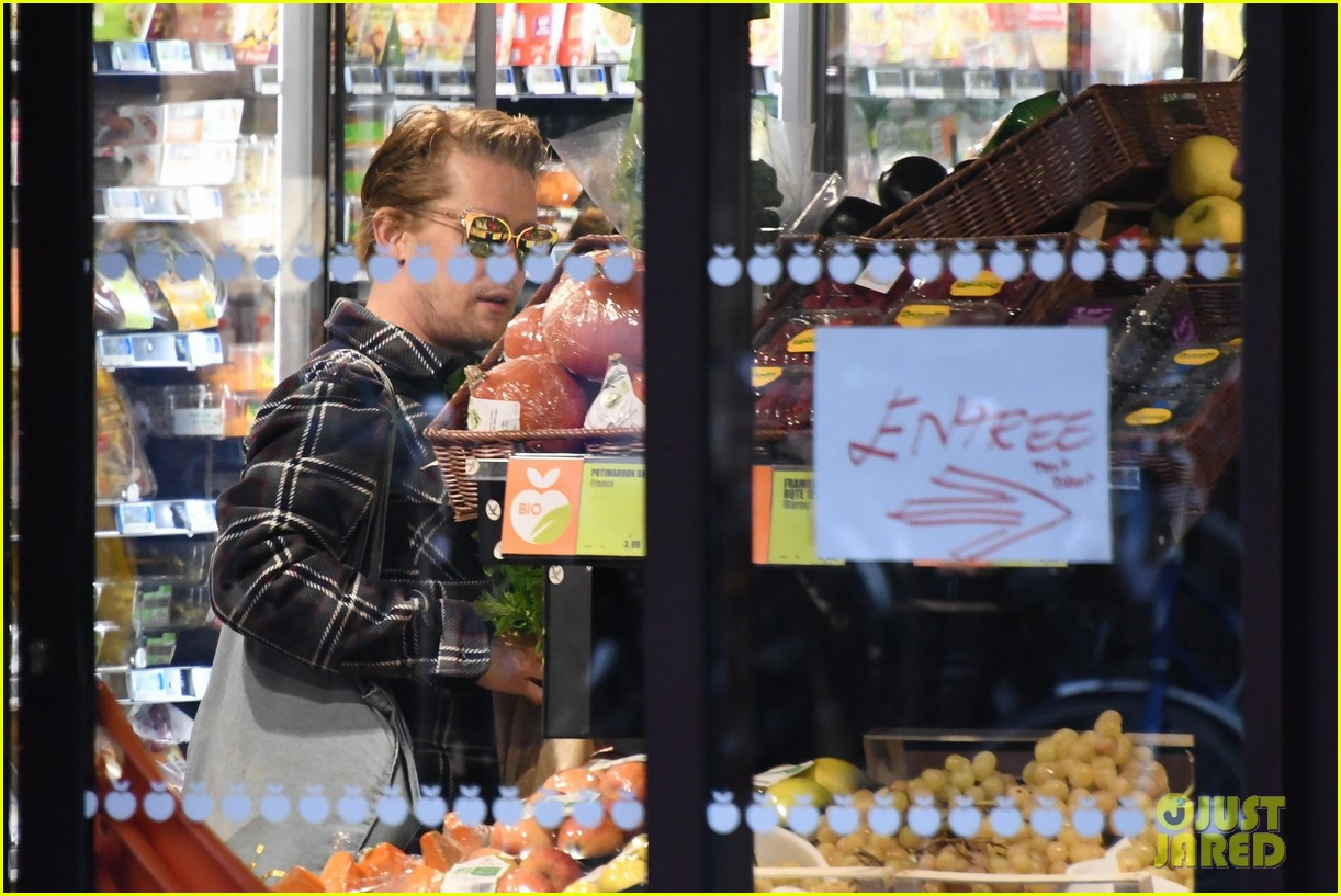 macaulay culkin and brenda song go grocery shopping in paris 03