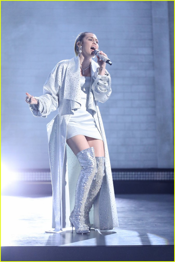 miley cyrus sings wrecking ball with brooke simpson the voice 04