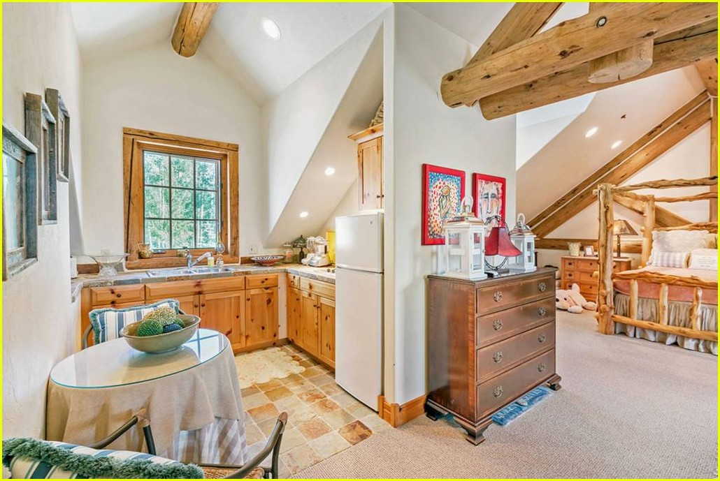 take a look inside ariana grandes amazing airbnb in colorado 02