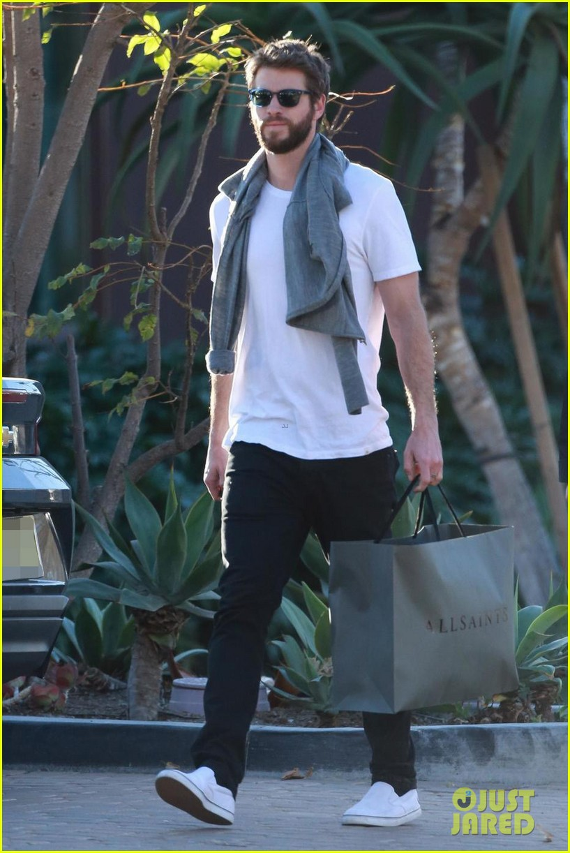 liam hemsworth gets his christmass shopping done 05