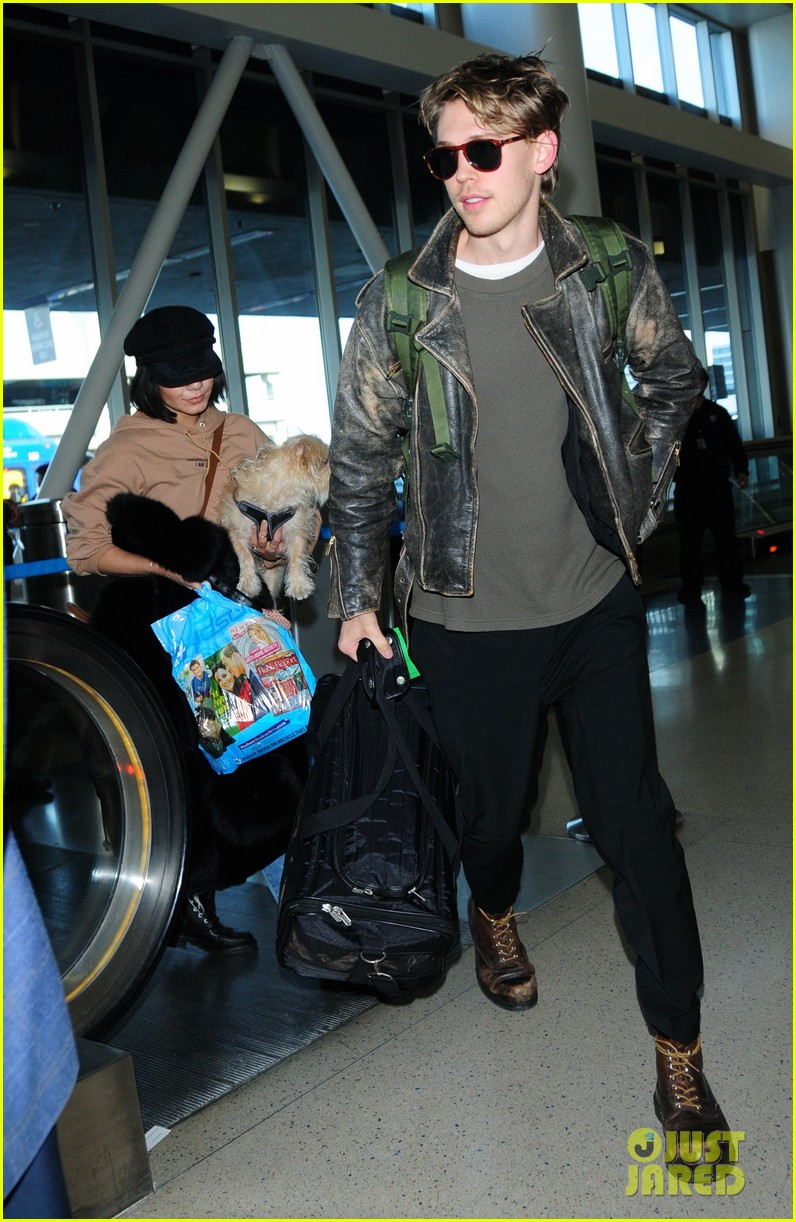 vanessa hudgens austin butler fly back to la after second act wrap 02
