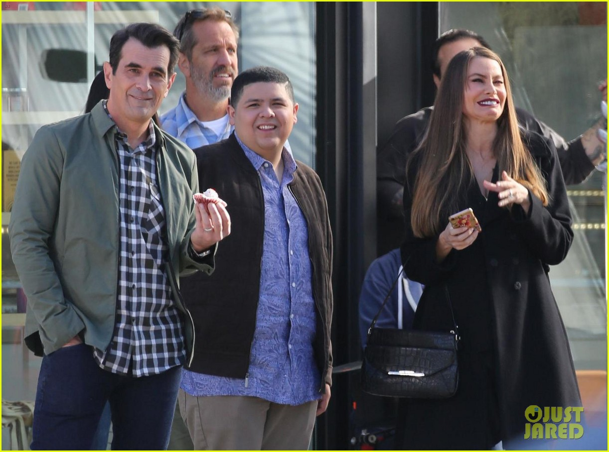 sarah hyland nolan gould and rico rodriguez film new modern family scenes 02